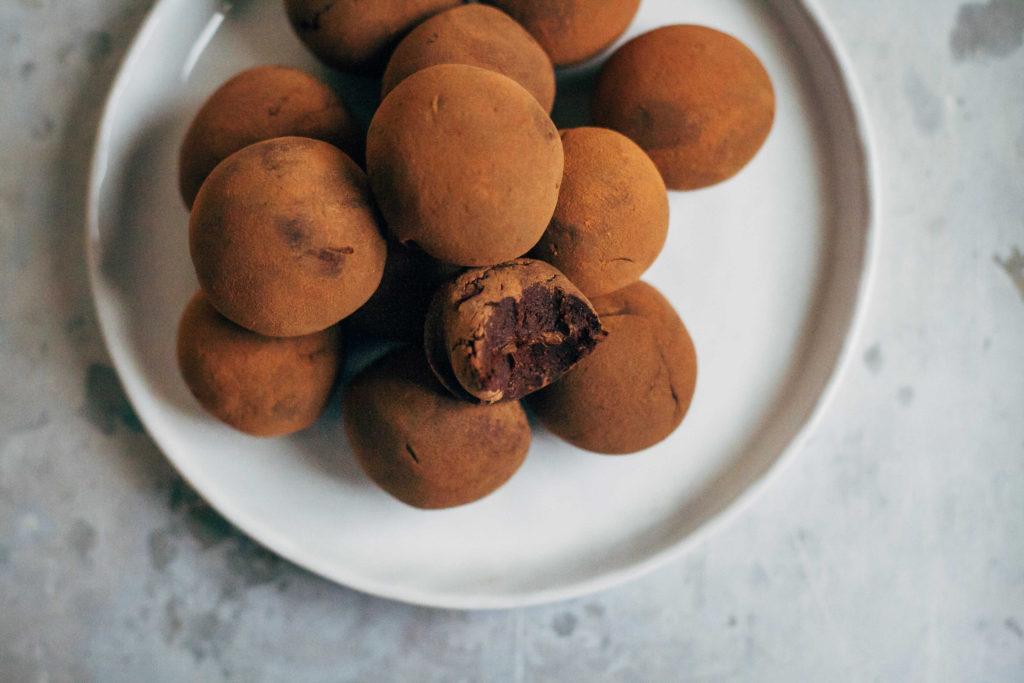 Raw Vegan Fudge Truffles   Well and Full   #raw #vegan #recipes