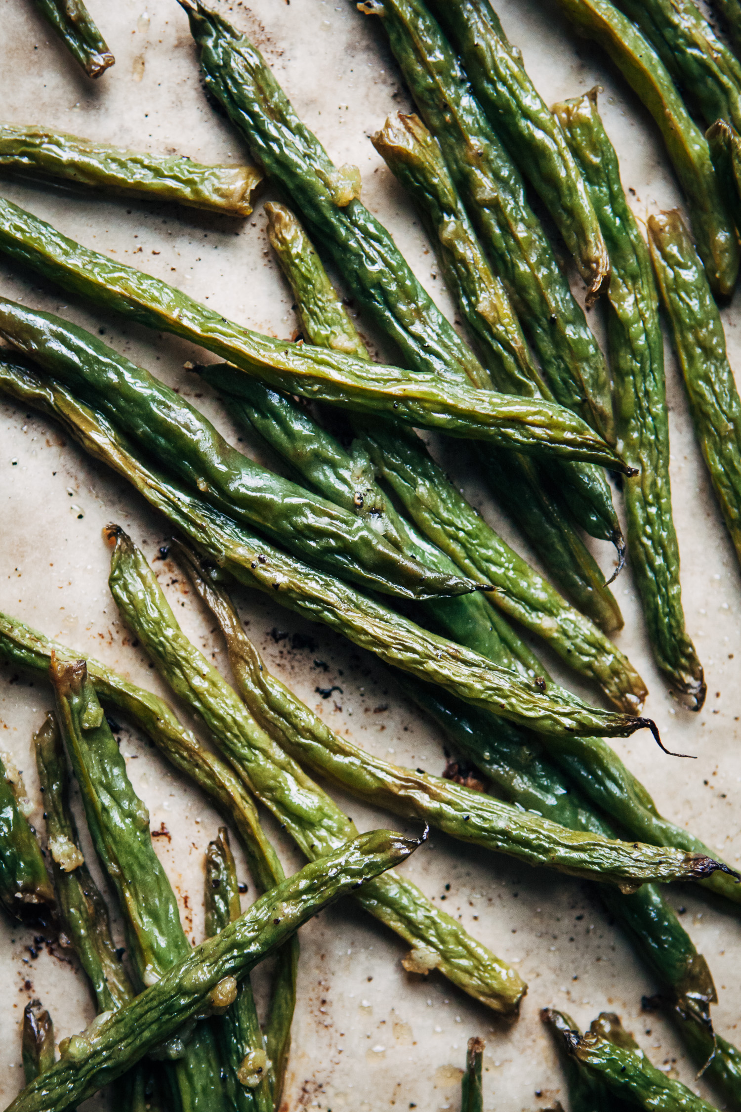 Vegan Roasted Green Beans | Well and Full | #vegan #thanksgiving #recipe