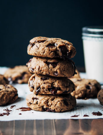 Vegan Chocolate Chip Cookies | Well and Full | #vegan #dessert #cookies